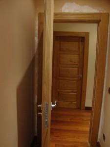el canto también se cubre de madera para se igual a las demás de la casa (la puerta que aparece en el fondo de la imagen es una puerta normal que ya estaba en la casa al iniciar el proyecto).